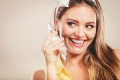 Perno retro encima de la muchacha que habla en el teléfono móvil Imagen de archivo
