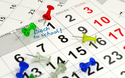 Perno rosso che segna il giorno importante su un calendario Immagini Stock