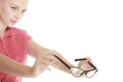 Perno rubio encima de la muchacha que sostiene los vidrios retros Imágenes de archivo libres de regalías