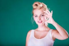 Perno sonriente encima de la muchacha que hace un gesto aceptable Imagenes de archivo
