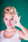 Perno sonriente encima de la muchacha que hace un gesto aceptable Foto de archivo libre de regalías