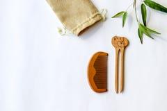 Perno y peine hechos a mano de madera de pelo en el fondo blanco Accesorios del pelo del estilo japonés Imagen de archivo libre de regalías