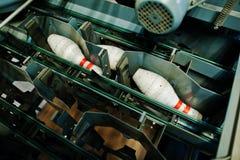 Pernos de bolos en la máquina de los bolos Imágenes de archivo libres de regalías
