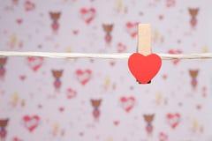 pernos de ropa con los pequeños corazones foto de archivo
