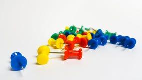 Pernos del empuje de la oficina - chinchetas coloreadas Fotografía de archivo libre de regalías