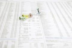 Pernos del empuje del tablón de anuncios en un papel de las noticias Fotos de archivo