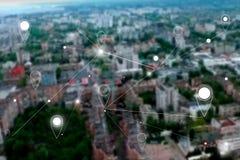 Pernos del mapa sobre ciudad moderna imagen de archivo libre de regalías
