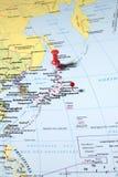 Pernos en mapa del mundo Foto de archivo libre de regalías