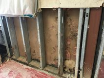 Pernos prisioneros y molde de acero corroídos en el forro Imágenes de archivo libres de regalías