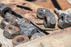 Pernos y nueces oxidados viejos Imagenes de archivo