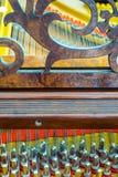 Pernos y secuencias antiguos del piano de cola Foto de archivo