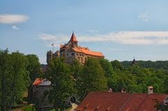 Pernstejn城堡是在一个岩石的一座城堡在Nedvedice上,南Moravian地区,捷克村庄  横向孔雀夏天视图 免版税图库摄影