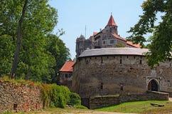 Pernstejn城堡是在一个岩石的一座城堡在Nedvedice上,南Moravian地区,捷克村庄  免版税库存图片