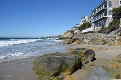 Perolize a praia da rua ao longo do litoral de Califórnia do sul no Laguna Beach sul Imagens de Stock