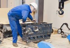 peron przemysłowej Mechanik naprawia silnika zdjęcie royalty free