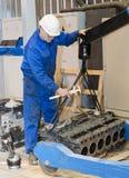 peron przemysłowej Mechanik naprawia silnika obrazy royalty free
