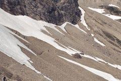 Perorata alpina con un campo de nieve permanente Foto de archivo