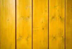 Perpendiculaire en bois peinte jaune-orange de planche de mur au cadre en tant que fond jaune intense saturé simple en bois de co photographie stock