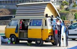 Perranporth, Cornwall, het UK - 9 April 2018: Gele VW of VolksWage royalty-vrije stock afbeelding