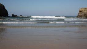 Perranporth Cornwall sikt ut till havet med vågor lager videofilmer