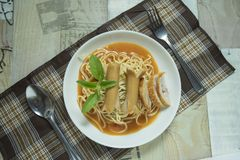 Perrito caliente de la pizca de los espaguetis foto de archivo libre de regalías
