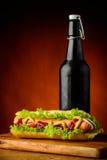 Perrito caliente y cerveza Imagenes de archivo