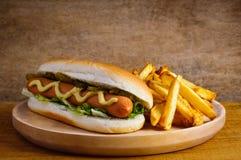Perrito caliente y patatas fritas Imagenes de archivo