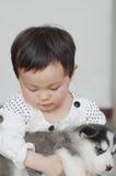 Perrito del abrazo de la muchacha Fotos de archivo