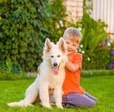 Perrito suizo blanco del ` s del pastor del abarcamiento del muchacho Fotos de archivo