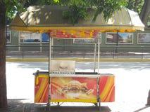 Perritos calientes y coche tradicionales de las hamburguesas en el altamira Caracas Venezuela fotografía de archivo libre de regalías