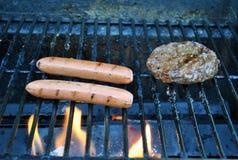 Perritos calientes y hamburguesa imagen de archivo