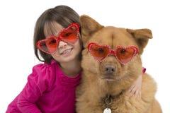 Perro abrazado por el niño Imagenes de archivo