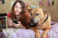 Perro adolescente feliz de la muchacha   Fotos de archivo libres de regalías