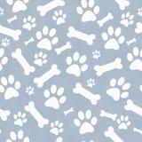 Perro azul y blanco Paw Prints y repetición del modelo de la teja de los huesos detrás Fotos de archivo