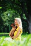 Perro basset de la mujer en sus brazos Fotografía de archivo