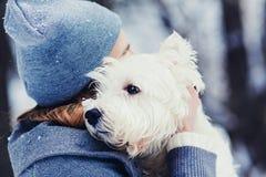 Perro casero del amor de la mujer fotos de archivo