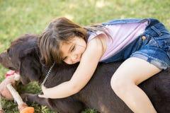 Perro casero sonriente del abarcamiento de la muchacha Imagen de archivo libre de regalías