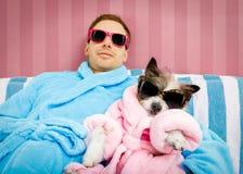 Perro con el dueño en salón de la salud del balneario fotografía de archivo libre de regalías