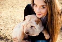 Perro con su amante Foto de archivo libre de regalías