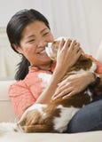 Perro de abrazo de la mujer Fotografía de archivo libre de regalías