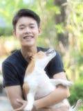 Perro de Jack Russel y dueño del muchacho Foto de archivo