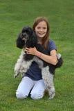 Perro de la muchacha y de caniche Foto de archivo
