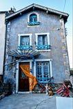 Perro de la porcelana en la ciudad de St Nectaire, Auvergne, Francia Imágenes de archivo libres de regalías
