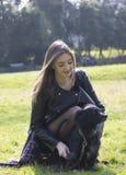 Perro de la preparación de la muchacha del adolescente en el parque Foto de archivo libre de regalías