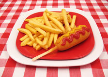 Perro de maíz y patatas fritas Imagenes de archivo