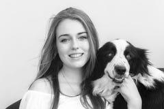 Perro de ovejas de la muchacha Fotografía de archivo libre de regalías