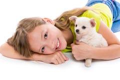 Perro de perrito de Chiuahua y muchacha del niño feliz junto Fotografía de archivo libre de regalías