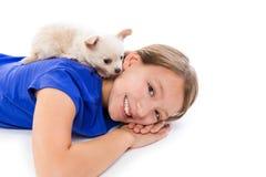 Perro de perrito de Chiuahua y muchacha del niño feliz junto Foto de archivo libre de regalías