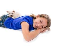 Perro de perrito de Chiuahua y muchacha del niño feliz junto Imagen de archivo