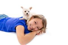 Perro de perrito de Chiuahua y muchacha del niño feliz junto Fotos de archivo